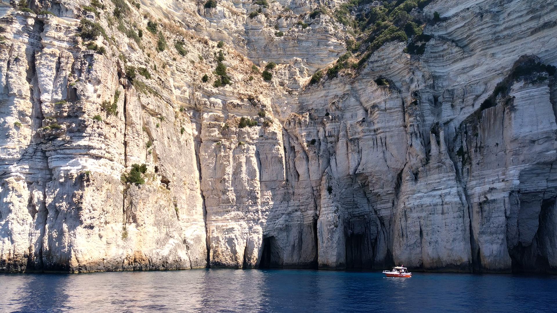 Гроты и пещеры. Паксос и Антипаксос